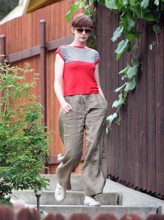 Anne Hathaway pożyczyła spodnie od wielkiego faceta? (FOTO)