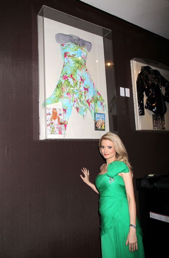 Holly Madison pokazała najnowszy smoking Jamesa Bonda (FOTO)