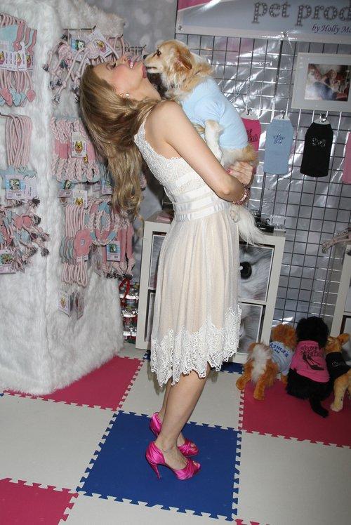 Ciężarna Holly Madison lizana przez psa (FOTO)
