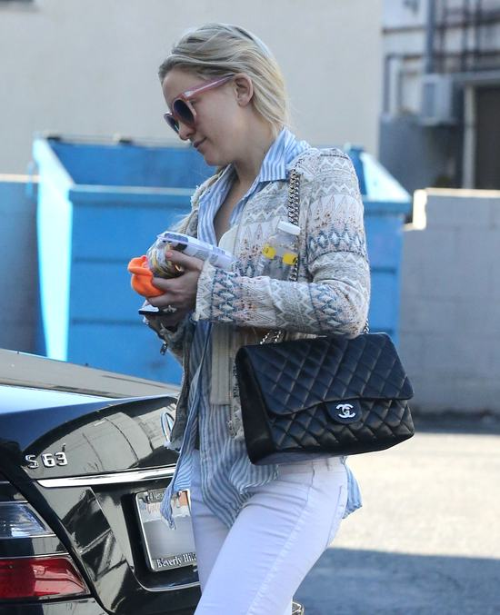 Kate Hudson nie wygląda na zaniedbaną mamuśkę (FOTO)