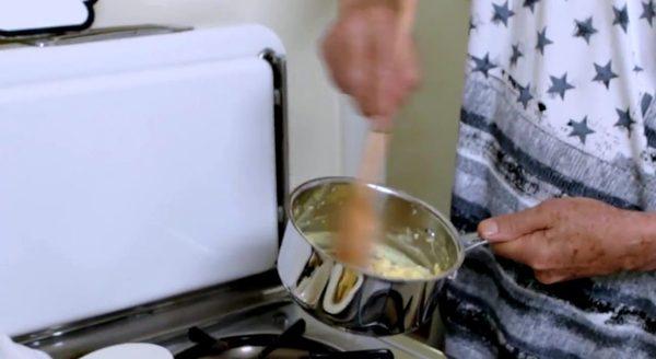 Ian McKellen pokazuje swój przepis na najlepszą jajecznicę