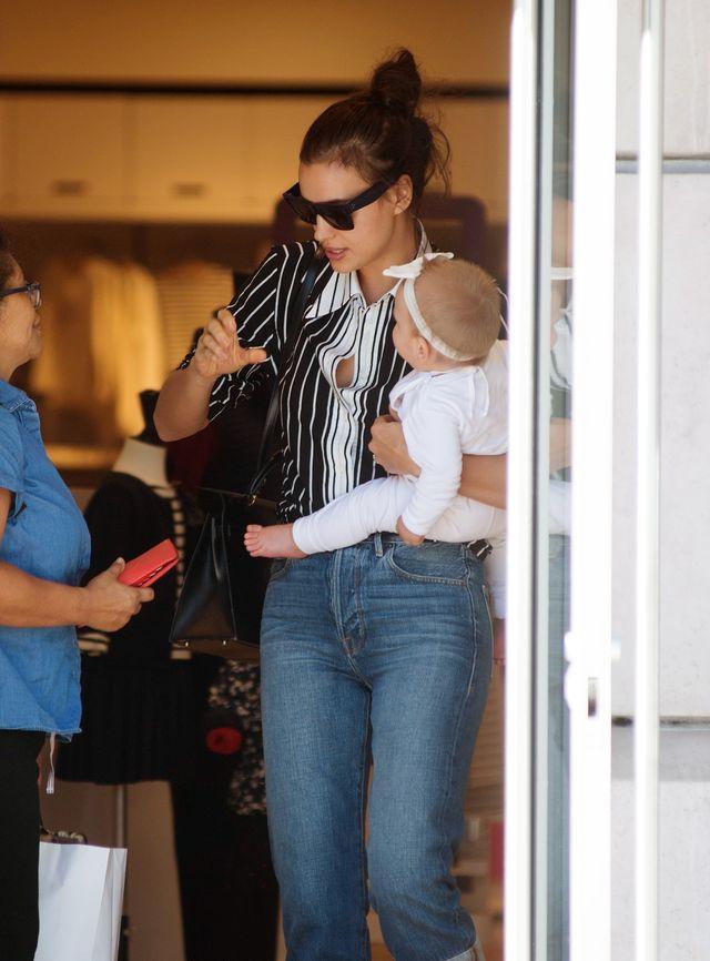 Irina Shayk nie zdążyła zrobić makijażu? Modelka na zakupach z córką (ZDJĘCIA)