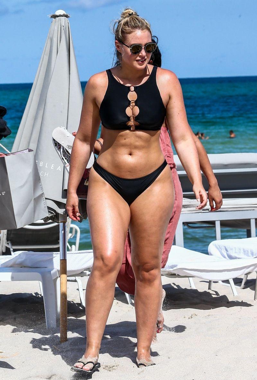 Ona ma GDZIEŚ dodatkowe kilogramy na plaży (ZDJĘCIA)