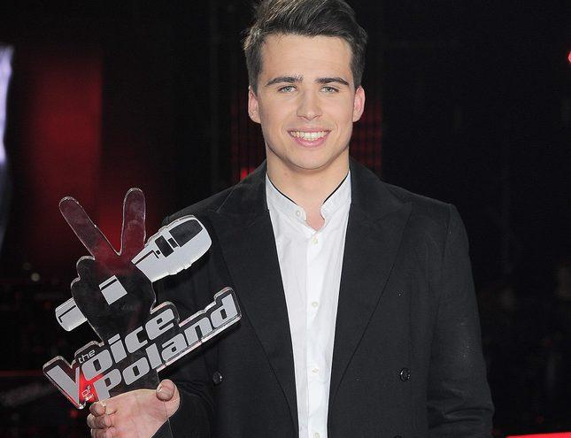 Krzysztof Iwaneczko z The Voice dzieli się nagrodą