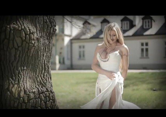 Iwona Węgrowska i jej wylewający się biust w piosence Tango