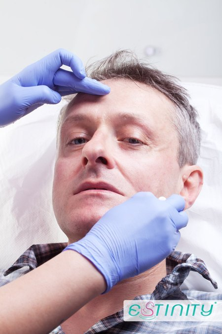 Jacek Poniedzia�ek da� sobie wstrzykn�� kwas hialuronowy
