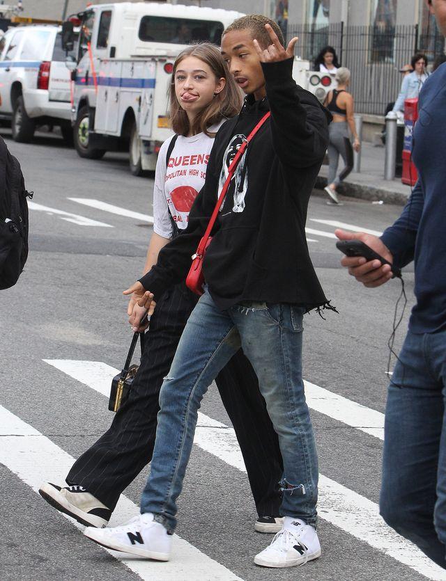 Kto powiedział, że czerwone torebki LV są zarezerwowane dla dziewczyn?