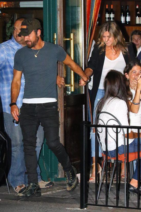 Jennifer Aniston na randce z mężem. Spójrzcie na ich ręce