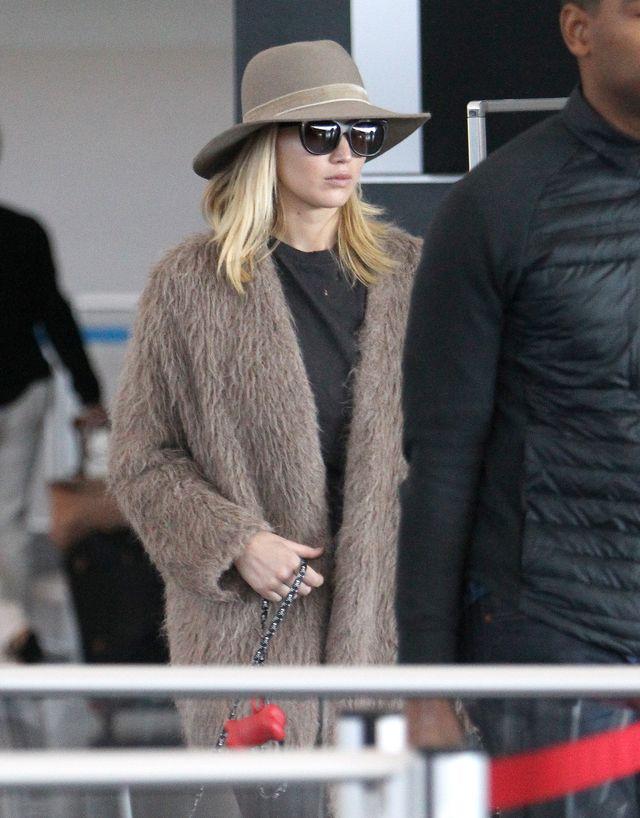 Stylowa Jennifer Lawrence z pieskiem na lotnisku (ZDJĘCIA)