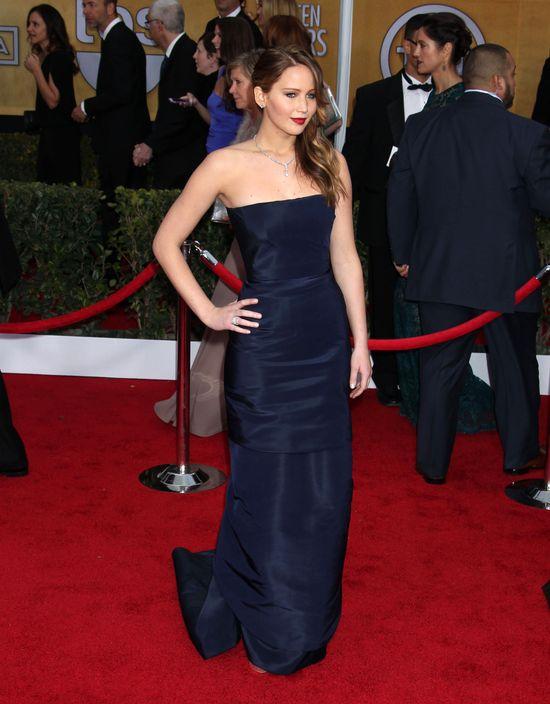 Jennifer Lawrence podarła sukienkę na rozdaniu nagród (FOTO)