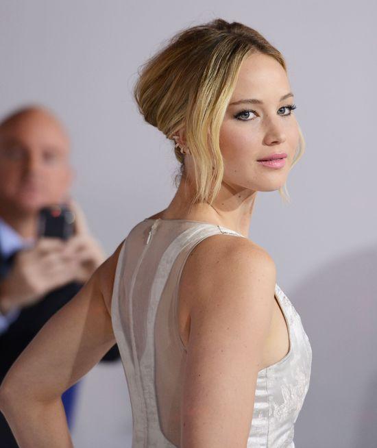 Jennifer Lawrence założyła ogromną pupę i za duże buty