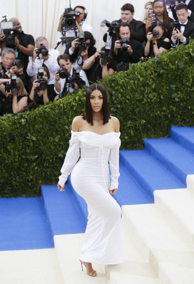 Jennifer Lawrence pyta Kim Kardashian, o to, czy Kanye West puszcza bąki