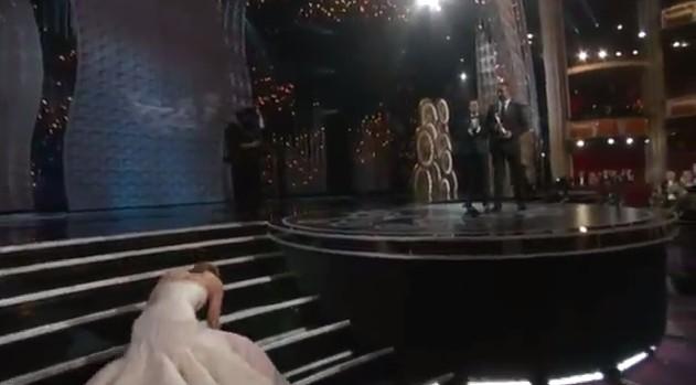 Jennifer Lawrence upadła na schodach w drodze po Oscara (FOT
