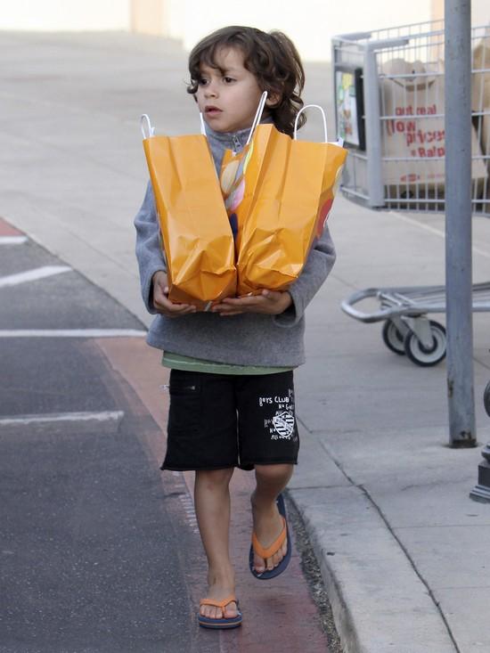 Jennifer Lopez bardziej interesuje telefon, ni� dzieci (FOTO