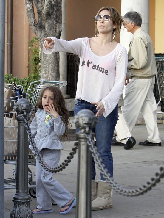 Jennifer Lopez bardziej interesuje telefon, niż dzieci (FOTO