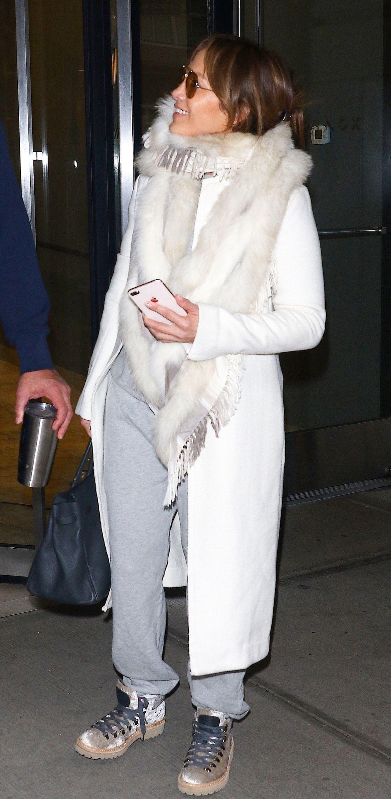 Jennifer Lopez rozczarowała fanów, założyła szal z FUTRA LISA (ZDJĘCIA)