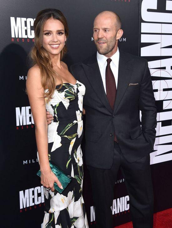 Jason Statham nie wiedział, którą z pań przytulić na ściance