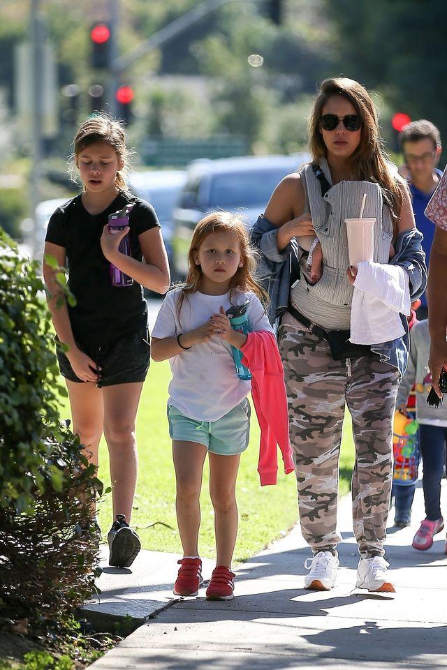 Jessica Alba miesiąc po porodzie na spacerze z dziećmi (ZDJĘCIA)