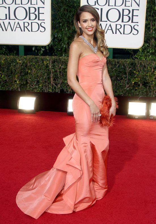 Jessica Alba w morelowej sukni na rozdaniu Złotych Globów (F