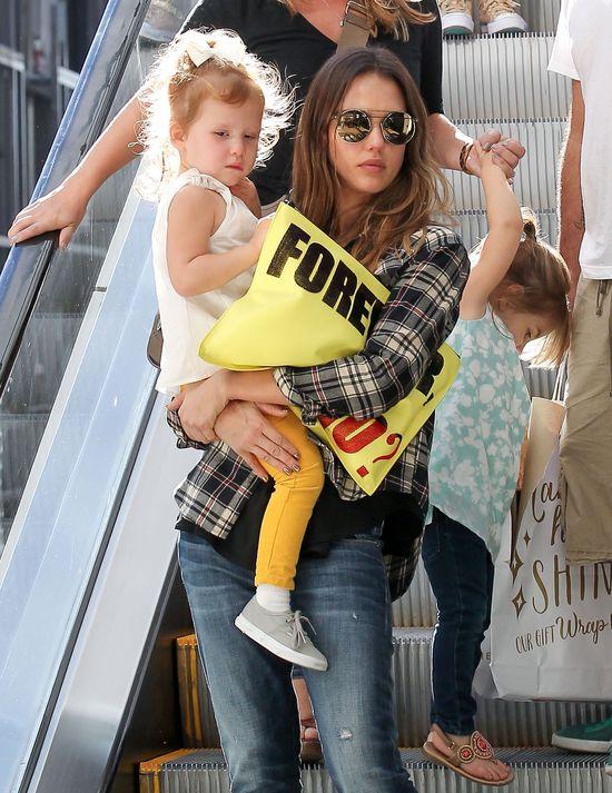 Jessica Alba radzi sobie bez pomocy niań (FOTO)