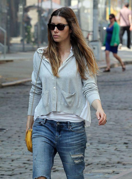 Jessica Biel w podartych jeansach (FOTO)