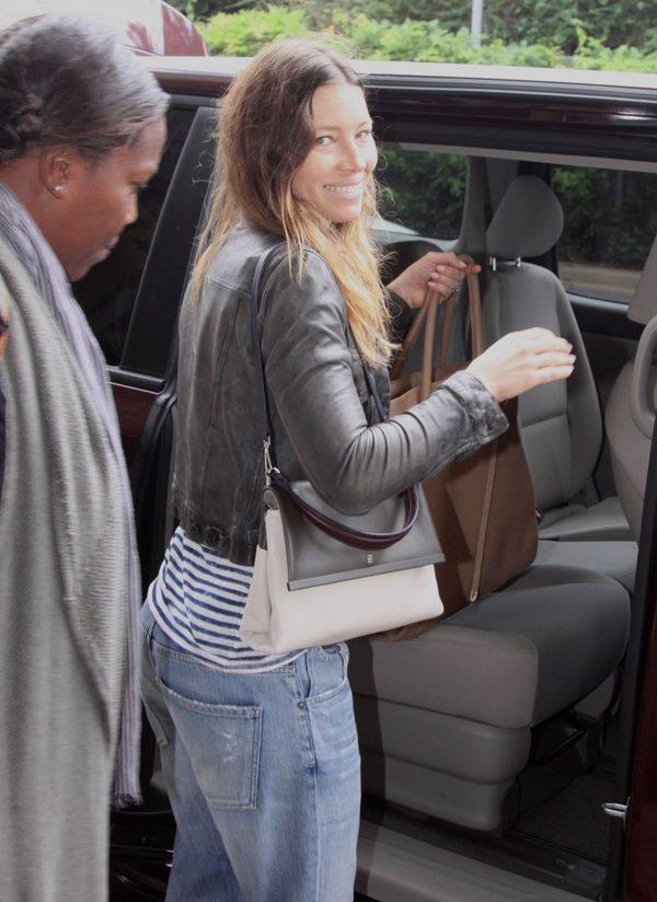 Jessica Biel bez makijażu - widać, że używa tylko kostki Dove?