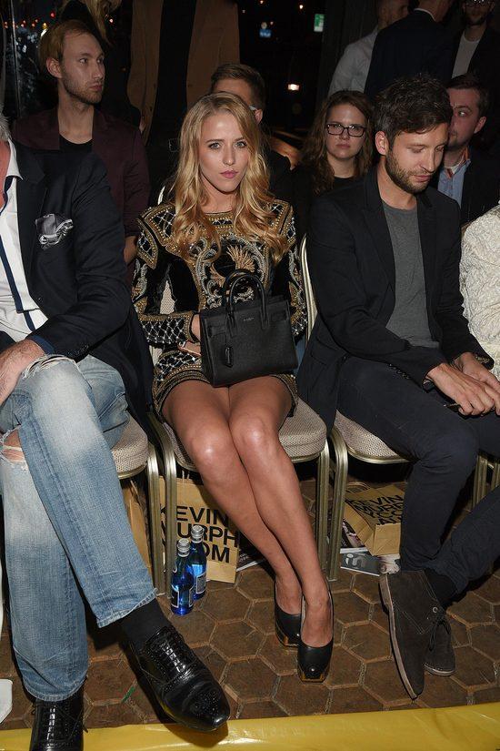 Jessica Mercedes w seksownej mini od Balmain pokazuje nogi