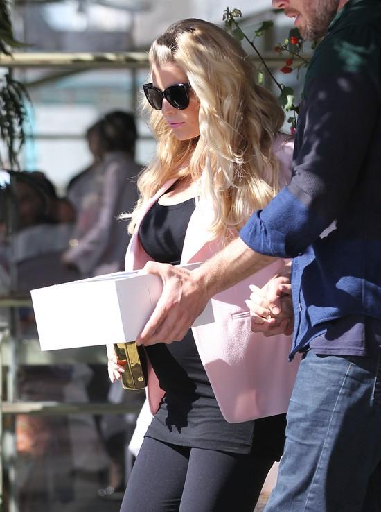 Jessica Simpson ma ju� du�y brzuch ci��owy (FOTO)