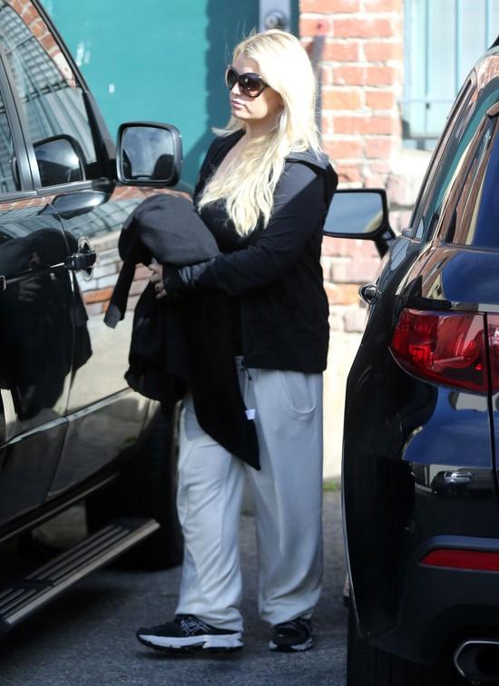 Ciężarna Jessica Simpson chowa się pod dresami (FOTO)