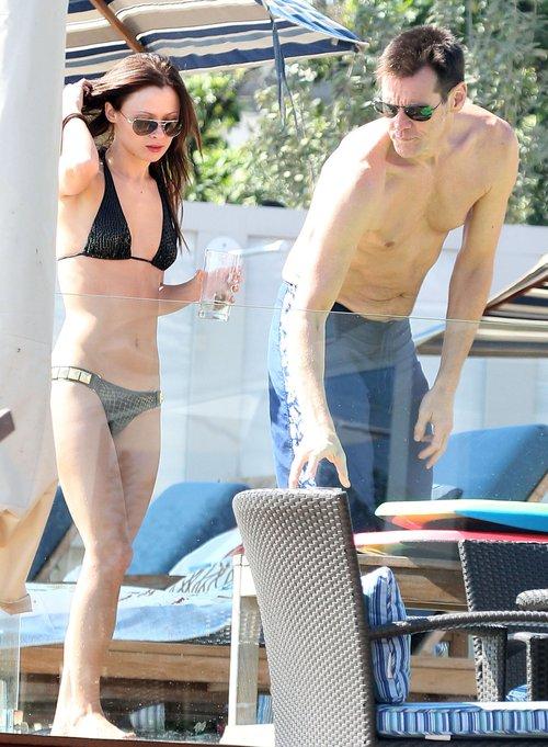 Jim Carrey z ładną brunetką na plaży (FOTO)
