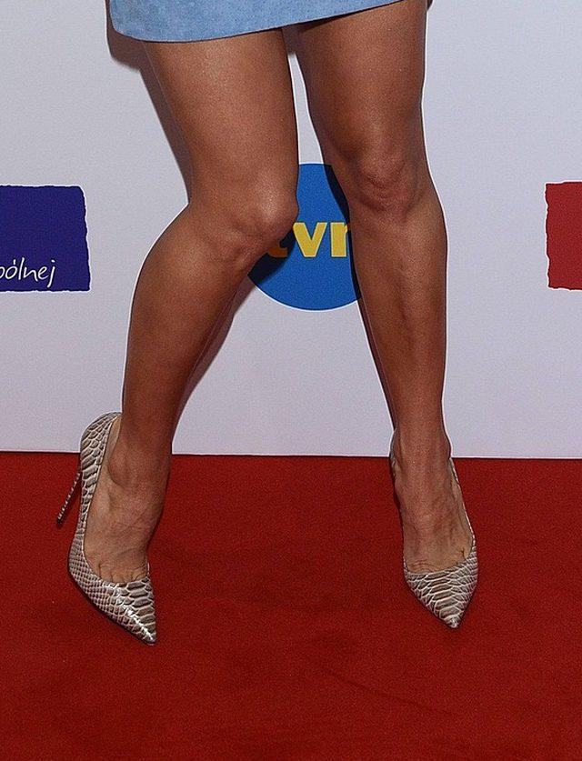 Ona nie lubi swoich stóp, a faceci za nimi SZALEJĄ (FOTO)