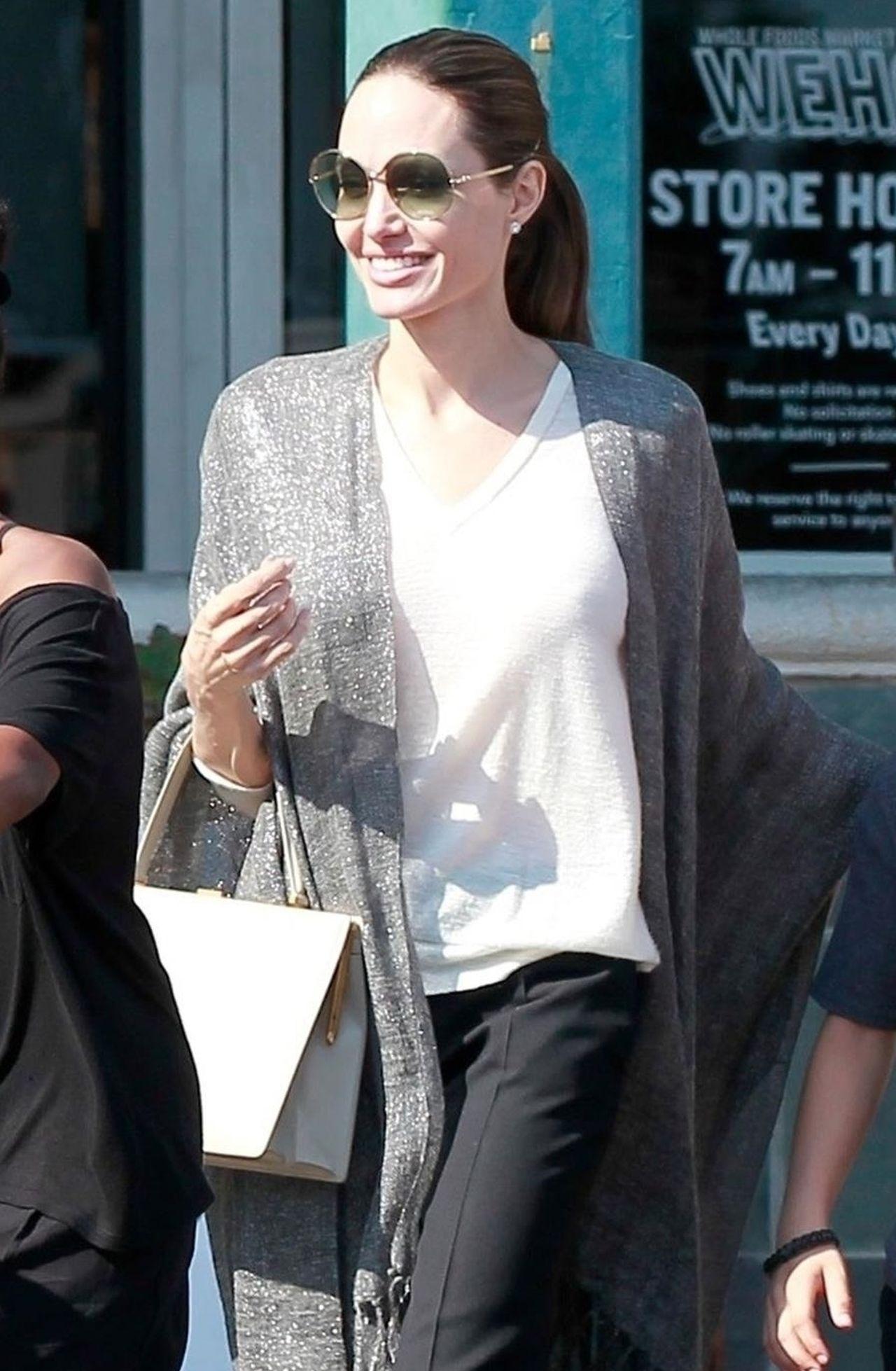 UŚMIECHNIĘTA Angelina Jolie na zakupach z dziećmi (ZDJĘCIA)
