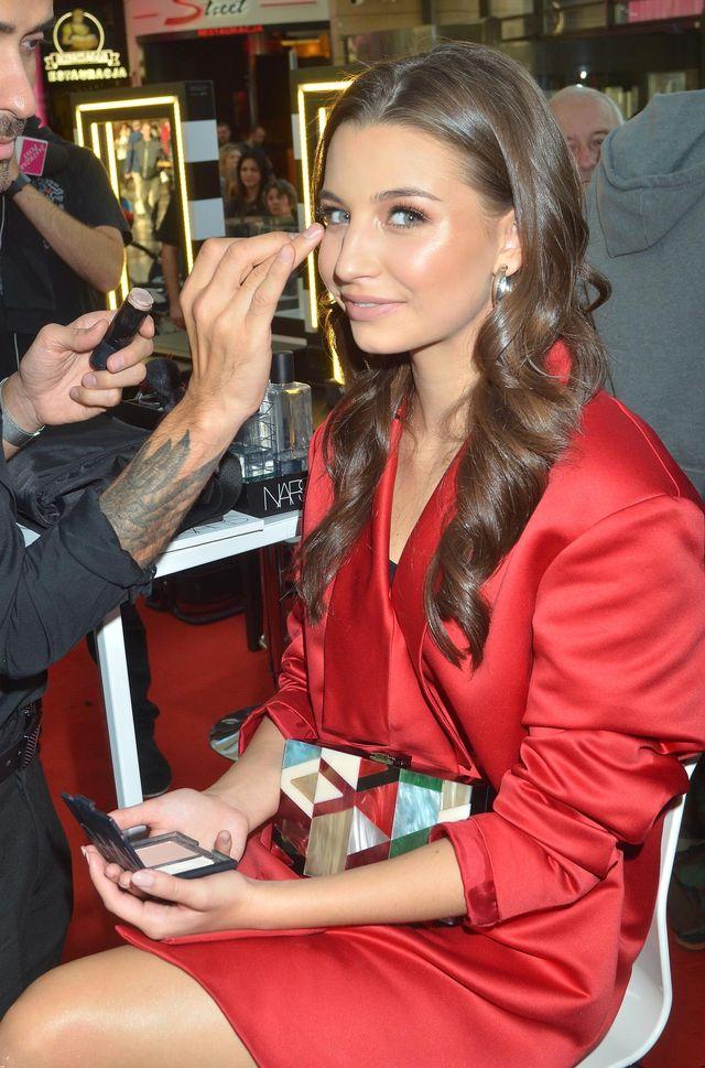 Ile czasu Julii Wieniawie zajmuje zrobienie makijażu na imprezę? (VIDEO)