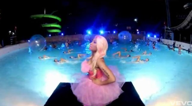 Bieber z Nicki Minaj w auqaparku [VIDEO]