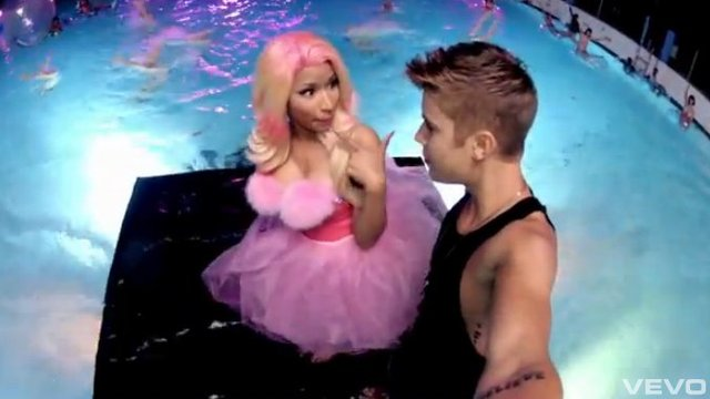 Bieber z Nicki Minaj w auqaparku [VIDEO]