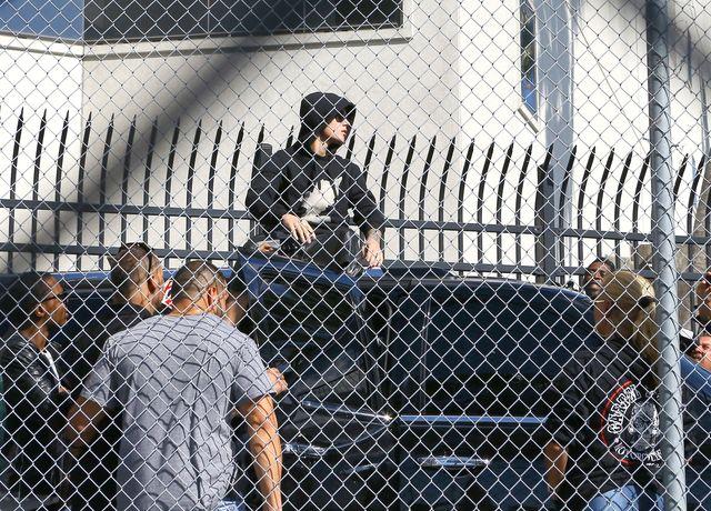Zadowolony Justin Bieber opuszcza areszt (FOTO)