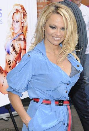 Pamela Anderson promuje nowy plakat dla PETA (FOTO)