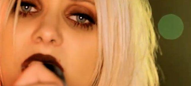 Krew płynąca z oczu Taylor Momsen [VIDEO]