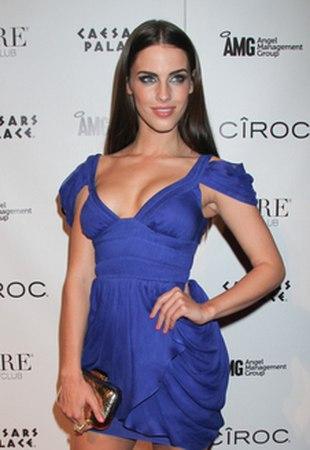 Następna aktorka chce się przebić biustem (FOTO)