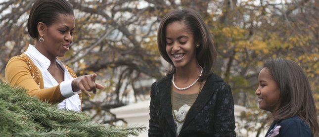 Michelle Obama z córkami dostały już choinkę (FOTO)