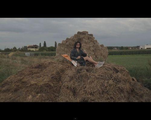 Kałamaga siedzi na gnoju, a potem robi splasha z gołą pupą