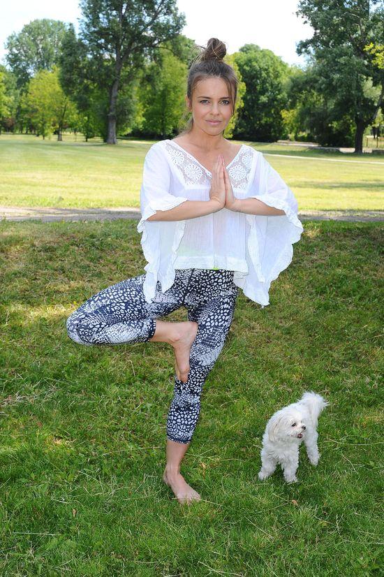 Edyta Herbuś ćwiczy jogę ze... swoim pieskiem (FOTO)