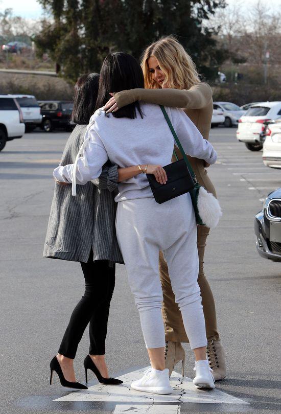 Gdy Kim ukrywa się w domu, jej siostry robią cyrk w L.A.