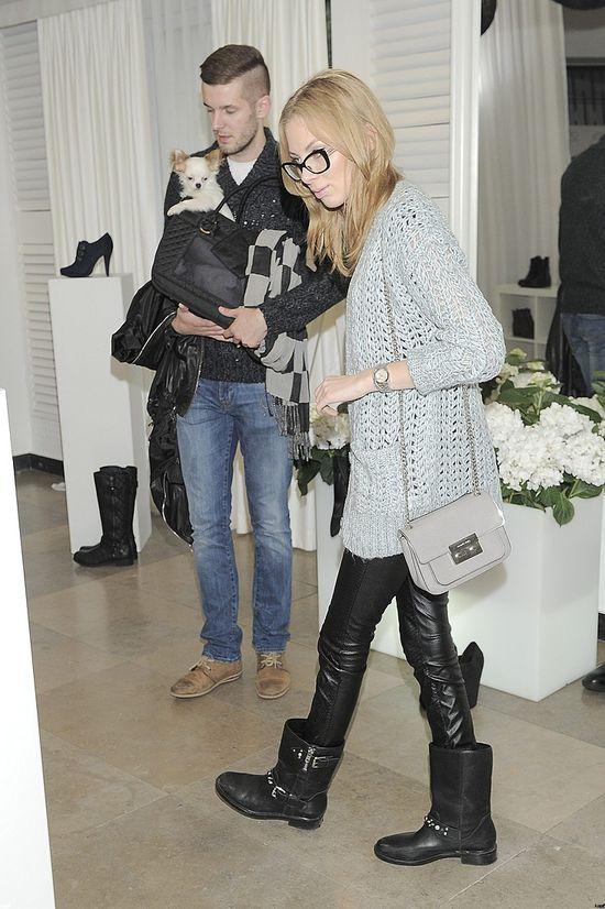 Charlize Mystery pozuje z butem z sieciówki (FOTO)