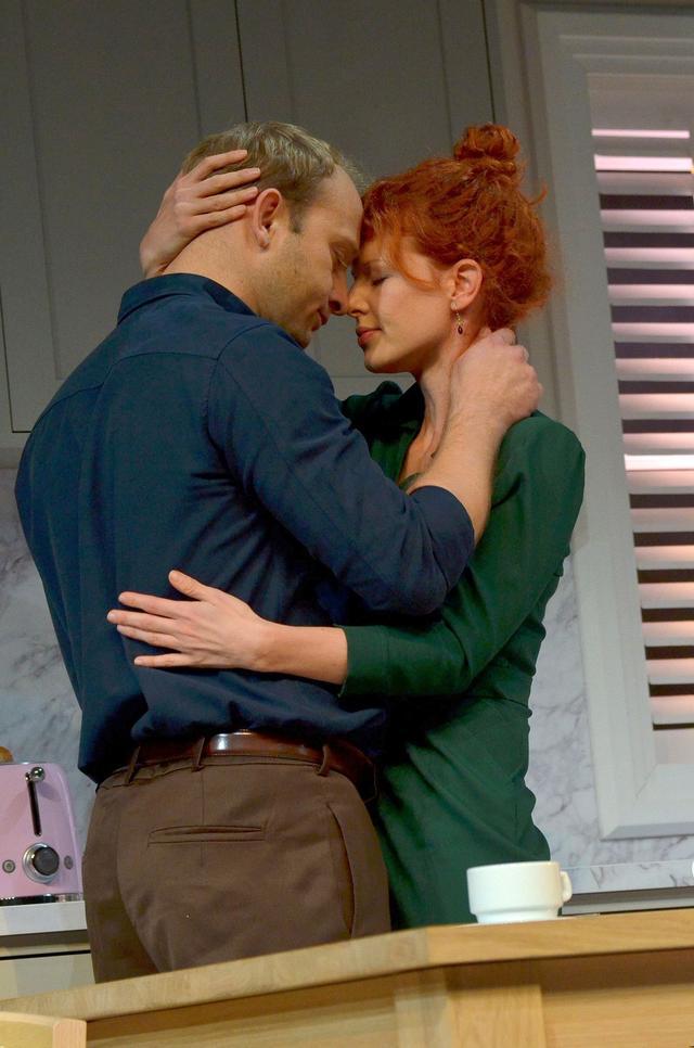 Niewielu mężczyzn mogłoby tak jak on patrzeć, jak jego żona CAŁUJE innego (FOTO)