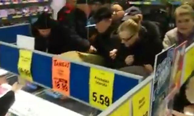 Zaczęło się! Oto pierwsza BITWA o świątecznego karpia w LIDLU (VIDEO)