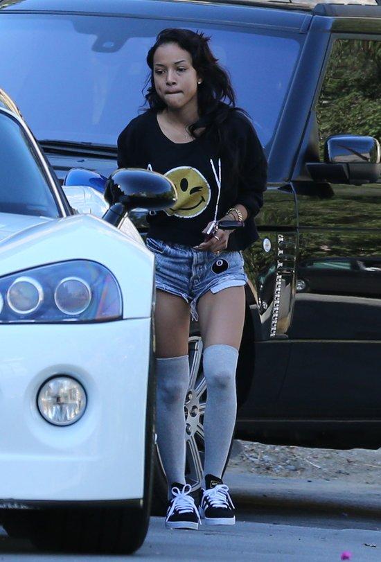 Karrueche Tran (dziewczyna Chrisa Browna) przed domem muzyka