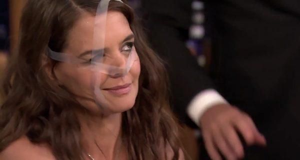 Po co Katie Holmes taśma klejąca na twarzy? [VIDEO]