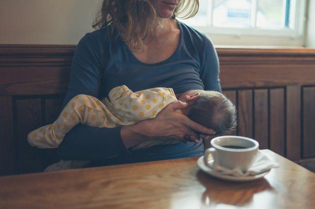 ŻE CO?! Warszawska kawiarnia chce podawać do kawy MLEKO KOBIECE