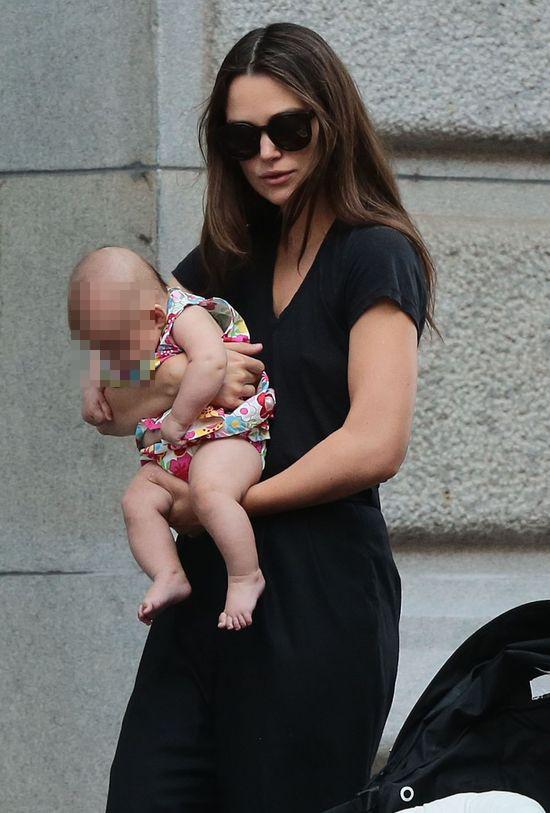Kierze Knightley w opiece nad córką pomaga... (FOTO)